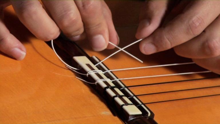 thay dây guitar