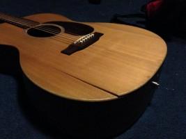 đàn guitar cũ bị nứt thùng