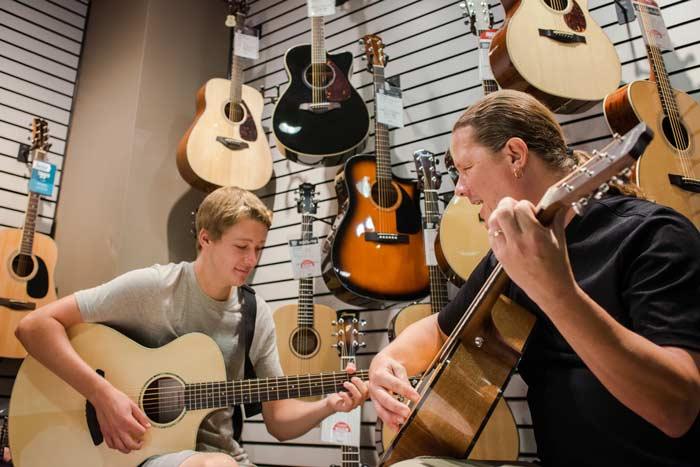 huong dan cach lua chon dan guitar acoustic 4